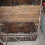 [:lt]Vienas vertingiausių klėtelės eksponatų – A. Baranauską jo kelionėse lydėjęs lagaminas.[:en][:ru]