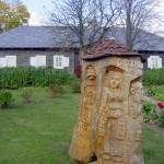 [:lt]Prano Petronio sukurtas medžio drožinys Didžiulių šeimai.[:en] [:ru]